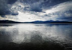 lago antes de uma tempestade foto