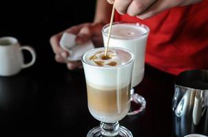 barista fazendo café com leite