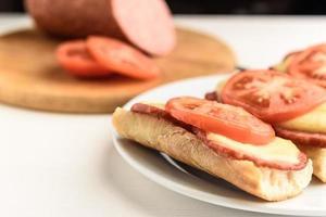 sanduíches quentes com tomates foto