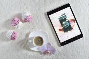 marshmallows feitos à mão branco e rosa com café e tablet mostrando a câmera usada