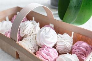 marshmallows feitos à mão branco e rosa foto
