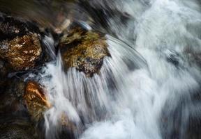 detalhe ondulações do rio na pedra foto
