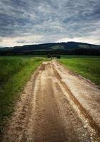 estrada lamacenta para as nuvens foto