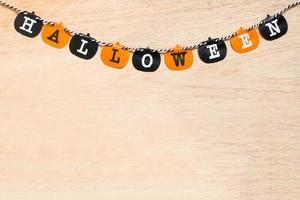 decoração de halloween, bandeiras pretas e laranja em um fundo de madeira