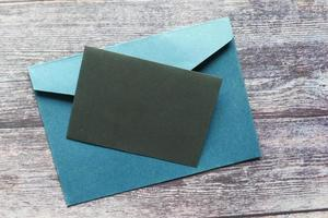 maquete de envelope com um cartão de convite foto