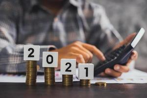 conceito de economia e gestão financeira, close-up do empresário calculando a economia foto