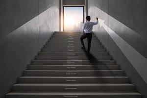 jovem empresário subindo escadas para chegar ao topo da cidade, conceito de sucesso digital foto