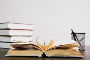 livro aberto na mesa, conceito de conhecimento e educação foto