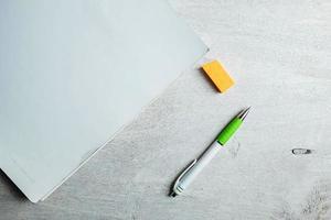 caneta e papel adesivo com pasta