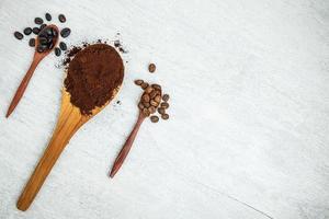 colheres de pó de café e grãos