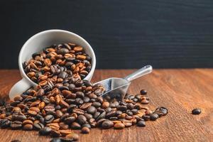grãos de café torrados em uma mesa de madeira