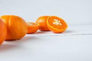 frutas cítricas frescas em um fundo branco foto