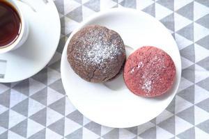 close up de biscoitos de veludo vermelho foto
