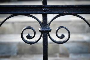 detalhe de um portão preto forjado foto
