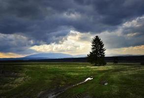 nuvens pesadas e escuras acima da paisagem de outono foto