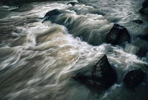 rio selvagem noite escura foto
