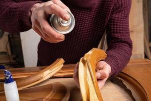 carpinteiro restaurando uma porta, marceneiro consertando um defeito foto