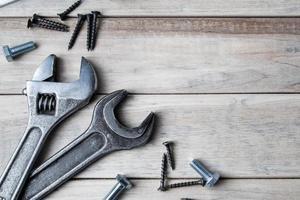 ferramentas de trabalho em um fundo cinza de madeira foto