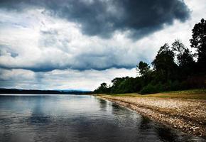 lago sob nuvens de tempestade foto