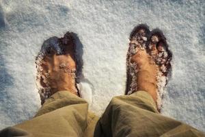 pés descalços na neve branca foto