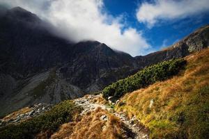 caminho na encosta de uma montanha