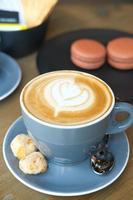 café com leite na caneca azul foto