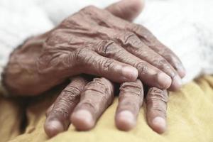 fechar as mãos de uma pessoa idosa foto