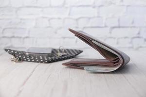 carteira aberta em cima de uma mesa foto