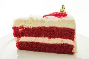Bolo de veludo vermelho em prato branco isolado no fundo branco foto