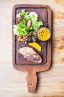 bife de foie gras com vegetais e molho doce foto