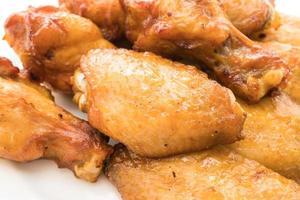 Asa de frango grelhado na brasa em prato branco