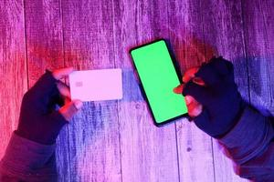 mão do hacker roubando dados do smartphone foto