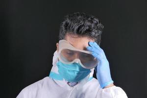 médico usando ppe em fundo preto foto