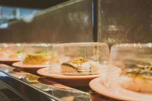 bandeja de sushi na esteira foto