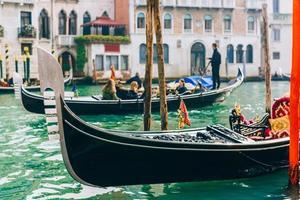 veneza, itália 2017- gôndola no grande canal de veneza foto