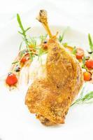 coxa de pato frito com salada de batata. foto