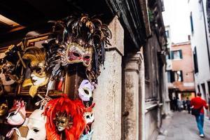 veneza, itália 2017- vitrine veneziana com máscaras foto
