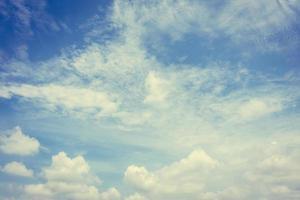 nuvens brancas no céu azul foto