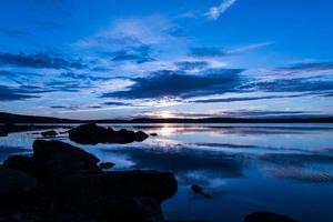 lindo pôr do sol de verão perto de um lago na Suécia foto