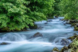 riacho na noruega com água corrente turquesa foto