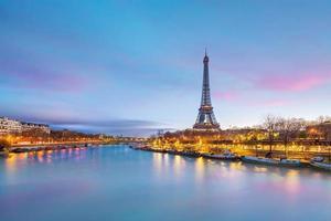 a torre eiffel e o rio Sena ao entardecer em paris foto