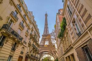 a torre eiffel e edifícios antigos em paris foto