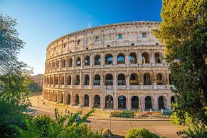 vista do coliseu em roma com céu azul foto