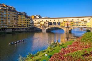 ponte vecchio sobre o rio arno em florença foto