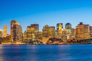 vista panorâmica do horizonte de boston com arranha-céus ao entardecer nos estados unidos foto