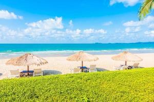 guarda-sol e cadeira na praia foto