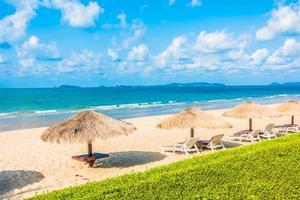 guarda-sol e cadeira na praia