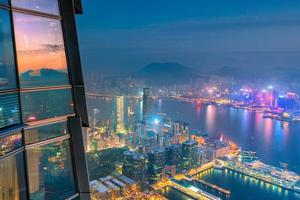 horizonte da cidade de hong kong com vista do porto de victoria foto