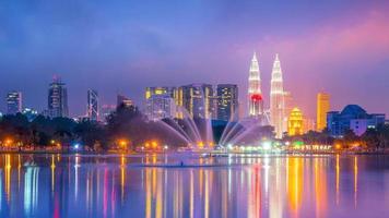 visão noturna do horizonte da cidade de Kuala Lumpur