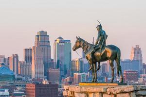 o batedor com vista para o centro de Kansas City foto